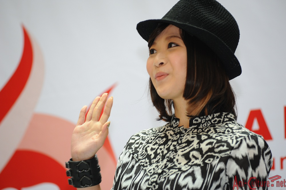 May'n waving to her fans.